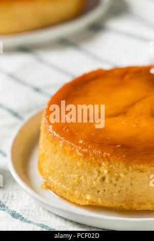 Maison Flan dessert sucré espagnol avec la sauce au caramel