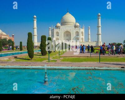 Les touristes visitant le Taj Mahal, le mausolée en marbre blanc ivoire dans la ville d'Agra, Uttar Pradesh, Inde. Banque D'Images