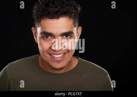 Portrait d'un jeune de 19 ans, souriant, Banque D'Images