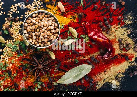 Catastrophe d'épices et de condiments pour la cuisine, sur un tableau sombre, concept de restaurant Banque D'Images
