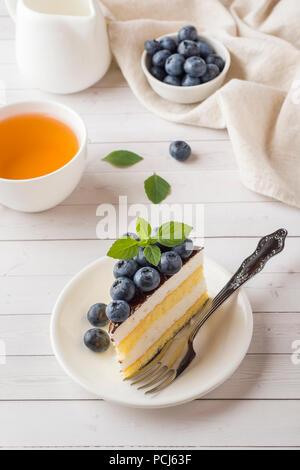 Gâteau d'une souffle avec le glaçage et bleuets frais Banque D'Images