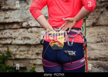 Photo de dos de femme climber standing next to mountain Banque D'Images