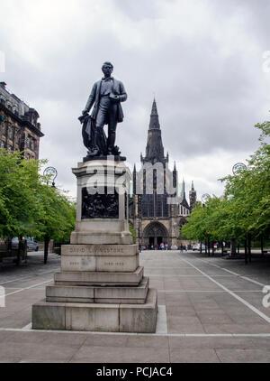 GLASGOW, ÉCOSSE - 2 août 2018: une statue de l'explorateur écossais David Livingstone (1813 - 1873). Derrière lui, c'est la cathédrale de Glasgow. Banque D'Images