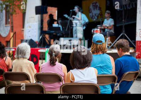 Montréal, Canada - juin 2018. L'auditoire est de regarder un concert de musique de jazz locaux sur une scène extérieure à Montréal, Québec, Canada. Usage éditorial. Banque D'Images