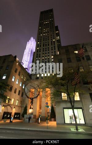 Vue de la nuit de l'Atlas du monde sculpture tenant dans ses mains devant le Rockefeller Center à Manhattan, New York City, NY, United States Banque D'Images
