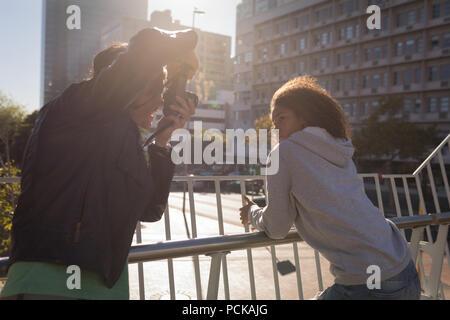 Photographe à prendre des photos d'un modèle en street Banque D'Images