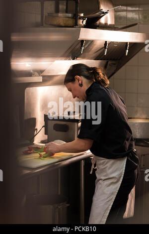 Dans les légumes à découper Chef cuisine commerciale Banque D'Images