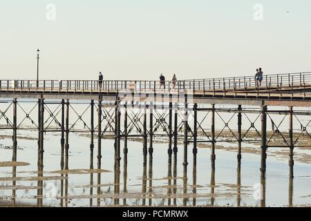 Southend-on-Sea, Essex, Royaume-Uni. 3 Août, 2018. Météo France: Un autre jour brûlant à Southend - vue de personnes à pied sur la jetée Crédit: Ben Recteur/Alamy Live News Banque D'Images