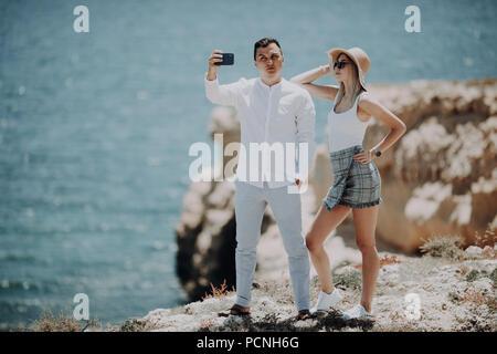 Couple taking self portrait selfies photo romantique. Heureux amants, la femme et l'homme en voyage Banque D'Images