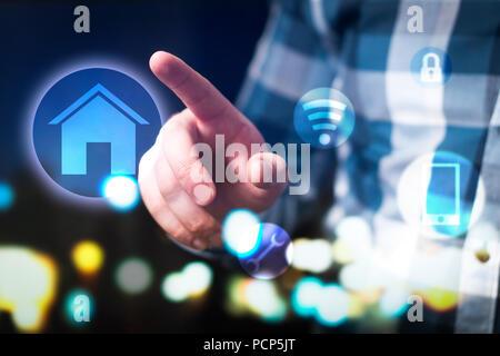 Smart home et internet des objets (IOT) concept. L'homme à l'aide de maison moderne de la sécurité, de connexion et de commande du système. L'interface abstraite. Banque D'Images