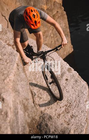 High angle view of trial biker en équilibre sur des rochers en plein air Banque D'Images
