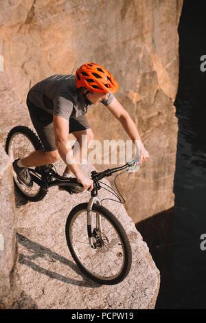 Portrait de jeunes motards essai en équilibre sur des rochers en plein air Banque D'Images
