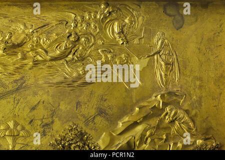 Moïse reçoit les Dix Commandements de Dieu sur le mont Sinaï représentée dans le panneau en bronze doré de la Portes du Paradis (Porta del Paradiso) conçu par l'Italien Lorenzo Ghiberti sculpteur du début de la Renaissance pour le baptistère de Florence (Battistero di San Giovanni), maintenant exposée dans le Museo dell'Opera del Duomo (Musée de l'Œuvre de la cathédrale de Florence) à Florence, Toscane, Italie.