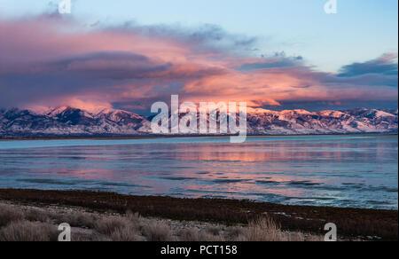 À l'échelle du grand lac salé à la montagnes Wasatch couvertes de neige au nord de Salt Lake City comme le soleil bas dans le ciel.