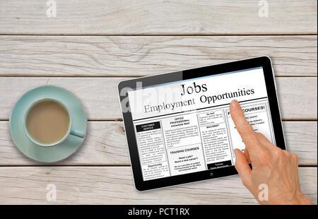 Recherche d'emploi en ligne la main avec tablette ordinateur lecture offres d'emploi sur table avec café - concept de recrutement Banque D'Images