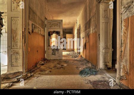 Couloir dans une école abandonnée Banque D'Images