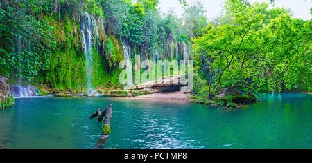 Le célèbre parc naturel de Kursunlu cascade est situé dans la région de canyon, couvertes de forêts luxuriantes, Aksu, la Turquie. Banque D'Images