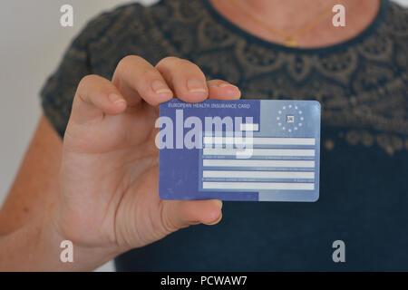 Carte Assurance Maladie Femme.Femme Avec La Carte Europeenne D Assurance Maladie La Carte