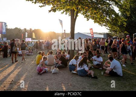 Brighton, UK. 4 août 2018. Les festivaliers s'amuser pendant le concert de Britney Spears à la fierté de Brighton, East Sussex. Crédit: Andrew Hasson/Alamy Live News Banque D'Images