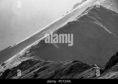 Noir et blanc panoramique sur la montagne avec brume à journée d'été dans le Parc National des Tatras, Pologne Banque D'Images