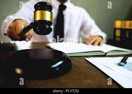 Juge avec marteau sur table. avocat, juge de la Cour de justice et tribunal,concept. Banque D'Images