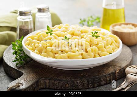 Macaroni au fromage sur une plaque blanche