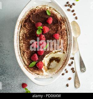 Tiramisu gâteau dans un plat de céramique Banque D'Images