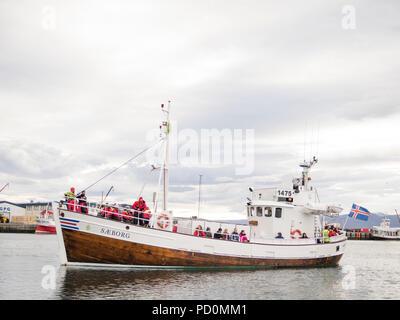 Húsavík whale watching excursion en bateau avec les touristes sur le bateau à l'Husavik Harbour à Husavik, Baie de Skjálfandi, Nord de l'Islande Banque D'Images