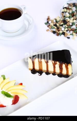 Gâteau au fromage au chocolat et tasse de café Banque D'Images