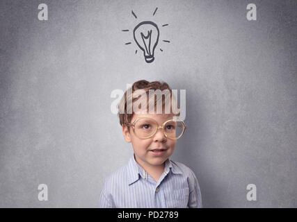 Une petite chambre en face d'un mur gris avec concept enfantin Banque D'Images