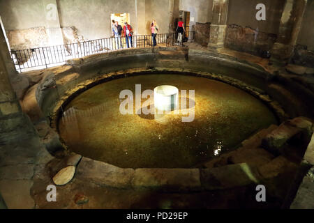 Le frigidarium circulaire piscine aux bains romains de Bath en Angleterre. Banque D'Images