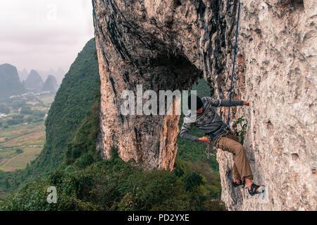 Escalade sur roche calcaire sur Moon Hill, Yangshuo, Guangxi, Chine Banque D'Images