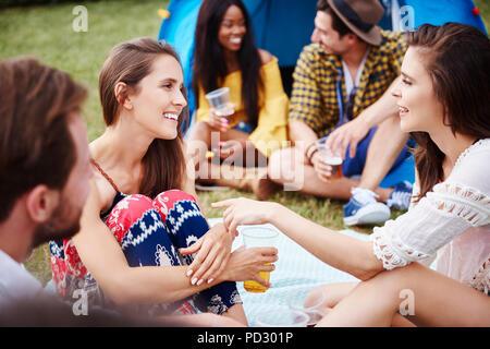 Amis assis et profiter de music festival Banque D'Images