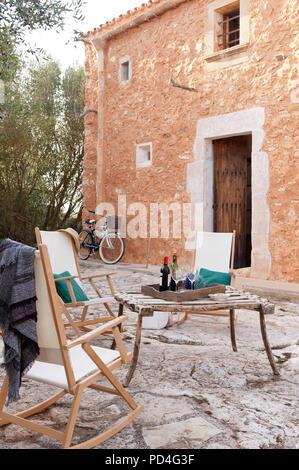 Table et chaises dans la cour de style méditerranéen Banque D'Images