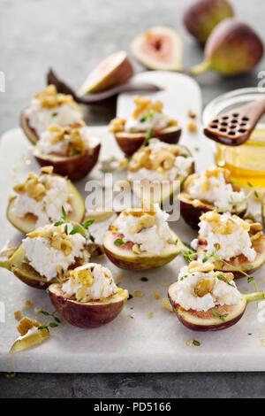 Hors-d'automne, figues fraîches farcies à la ricotta et pignons au miel et thym Banque D'Images