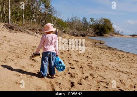 Jeune fille promenades sur la plage, Toomulla QLD, Australie Banque D'Images