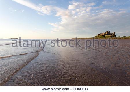 Château de Bamburgh Northumberland le matin nuageux ensoleillé en été Banque D'Images