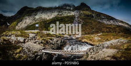 Munkebu randonnée pédestre sur un pont, îles Lofoten, Norvège. Banque D'Images