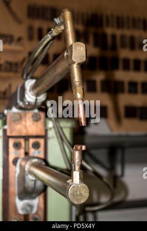 Pointeuse manuelle dans un métal industriel Usine de transformation du fer en acier work shop