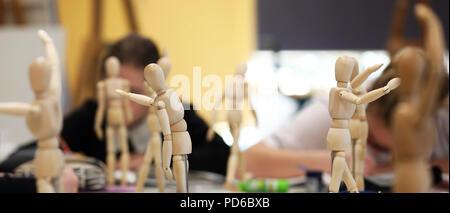 Visual Art high school, les étudiants travaillant à partir de mannequins de bois et pratiqué le dessin, la fugure proportion appropriée. Les artistes d'être l'art créatif Banque D'Images