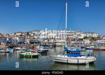 23 Mai 2018: Brixham, Devon, UK - le port avec la réplique Golden Hind sur une belle journée de printemps avec ciel bleu clair. Banque D'Images