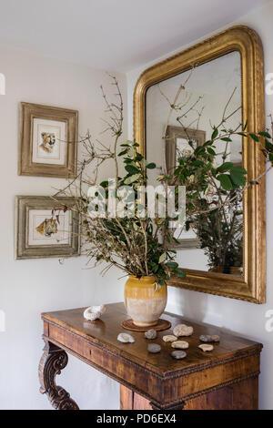 Twi arrangement avec miroir doré et les coquillages sur console en bois ancien. Banque D'Images