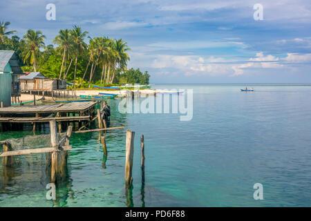 L'Indonésie. Plusieurs bâtiments et bateaux sur le rivage d'une île tropicale. Le vaste océan de l'horizon Banque D'Images