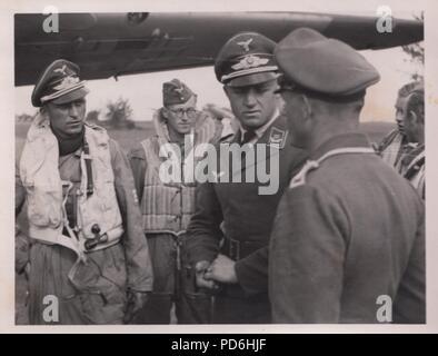 Droit de l'album photo de l'Oberleutnant Oscar Müller de la Kampfgeschwader 1: l'Oberleutnant Friedrich Clodius (à gauche) en conversation avec le chef de son équipe au sol Runge. Clodius est le Staffelkapitän du 5./KG 1 durant l'été 1941 et jusqu'à ce qu'il a été affiché le 8 novembre 1941 manquant. Banque D'Images