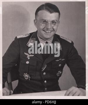 Droit de l'album photo de l'Oberleutnant Oscar Müller de la Kampfgeschwader 1: l'Oberleutnant Hans Sumpf dans son bureau de l'Aérodrome de Dno en Russie en 1942. Sumpf est Staffelkapitän du 5./KG1 à partir du 7 octobre 1941 jusqu'à sa mort le 26 mars 1942. Il a reçu à titre posthume la Ritterkreuz (Croix de Chevalier de la Croix de Fer) le 20 août 1942. Banque D'Images