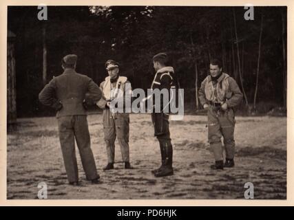 Droit de l'album photo de l'Oberleutnant Oscar Müller de la Kampfgeschwader 1: l'Oberleutnant Karl Heinz Müncheberg (deuxième à gauche) et l'Oberleutnant Oscar Müller (au centre), portant une veste RAF 'capturé' à Dunkerque, avec Ali Petzenhauser (droite). Müncheberg était Staffelkapitän du 5./KG 1 à partir de novembre 1941 jusqu'à ce qu'il a été abattu par des tirs antiaériens et tués le 17 décembre 1941. Banque D'Images