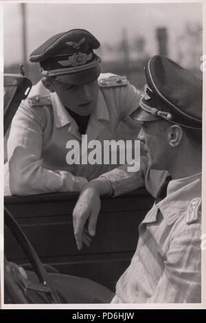 Droit de l'album photo de l'Oberleutnant Oscar Müller de la Kampfgeschwader 1: Oberleutnants Oscar Müller et Siegfried Freiherr von Cramm de la Kampfgeschwader 1 dans la discussion, au cours de l'été 1942. Banque D'Images