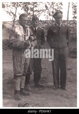 Droit de l'album photo de l'Oberleutnant Oscar Müller de la Kampfgeschwader 1: l'Oberleutnant Friedrich Clodius (à gauche) et le lieutenant Oscar Müller (centre), à l'été 1941. Clodius est le Staffelkapitän du 5./KG 1 durant l'été 1941 et jusqu'à ce qu'il a été affiché le 8 novembre 1941 manquant. Banque D'Images
