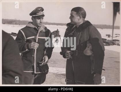 Droit de l'album photo de l'Oberleutnant Oscar Müller de la Kampfgeschwader 1: l'Oberleutnant Hans Sumpf (à droite) à l'Aérodrome de Dno en Russie en 1942. Sumpf est Staffelkapitän du 5./KG1 à partir du 7 octobre 1941 jusqu'à sa mort le 26 mars 1942. Il a reçu à titre posthume la Ritterkreuz (Croix de Chevalier de la Croix de Fer) le 20 août 1942. Banque D'Images