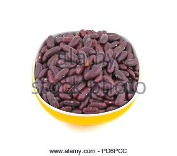 Rouge frais et sain dans un bol de haricots isolated on white Banque D'Images